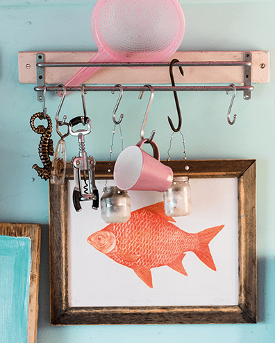 Space-saving storage in the form of hooks is a necessity in a beach hut
