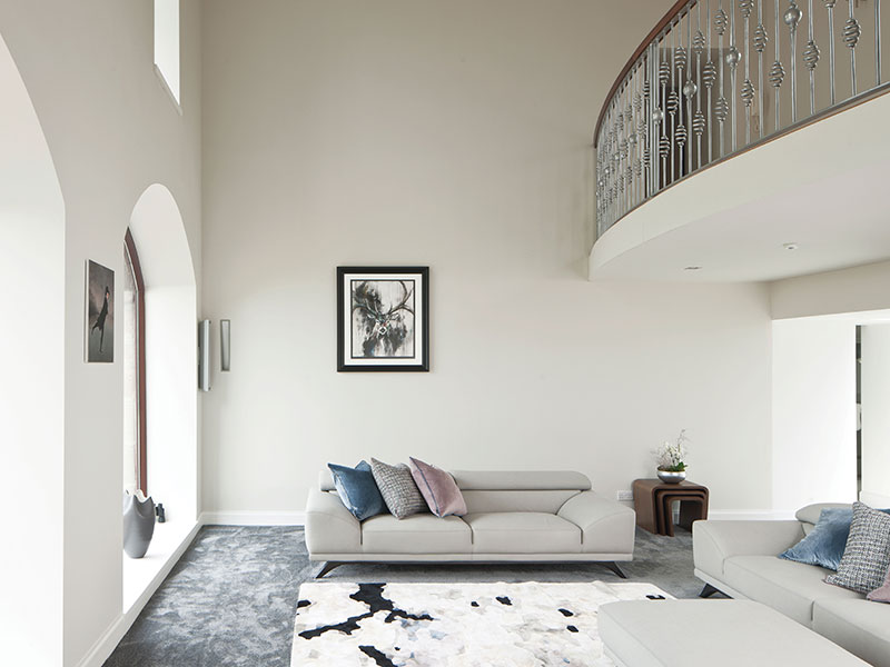 This image shows what lies behind the façade: now connected to the back of the house, this area can finally be used by the owners. The sofa, rug and carpet are all from Roche Bobois